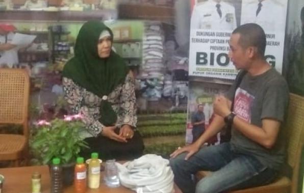Petugas piket di stand Dinas Pertanian Provinsi Kepulauan Bangka Belitung melayani konsultasi pengunjung pada ajang Babel Fair 2019 di Alun-Alun Taman Merdeka Pangkalpinang. (Foto diambil 1/12). Fotografer: Panitia